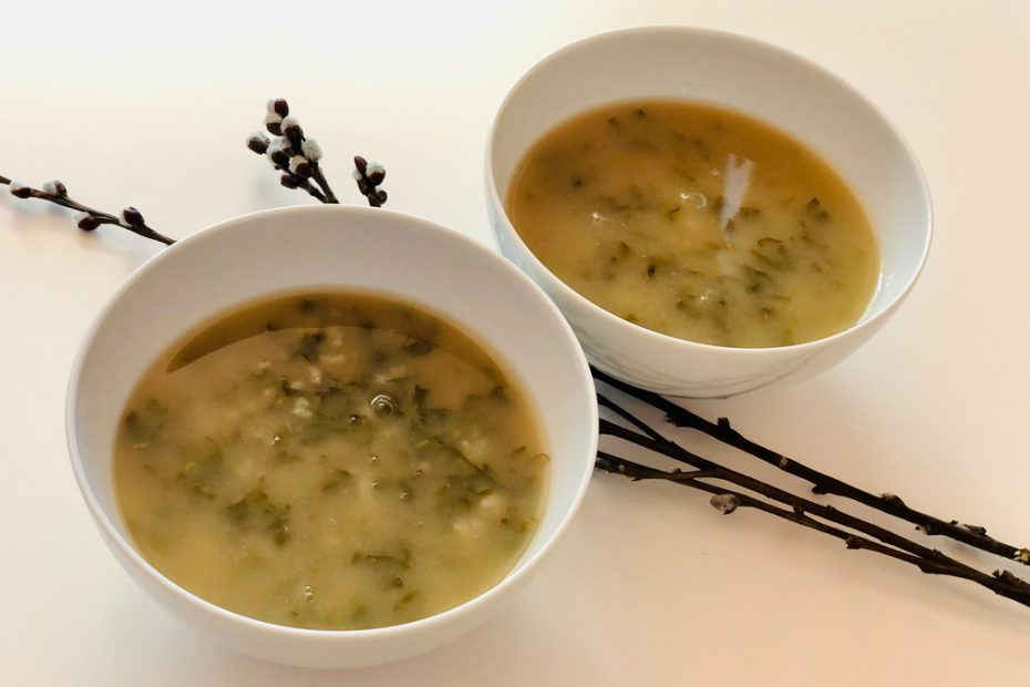 Zupa szczawiowa to danie, które przygotujesz w 20 minut. Nie wiesz jak ją ugotować? Przekonaj się, że zrobienie zupy szczawiowej to żadna trudność.